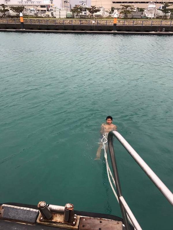 台風対策 ロープ 港を泳ぐ